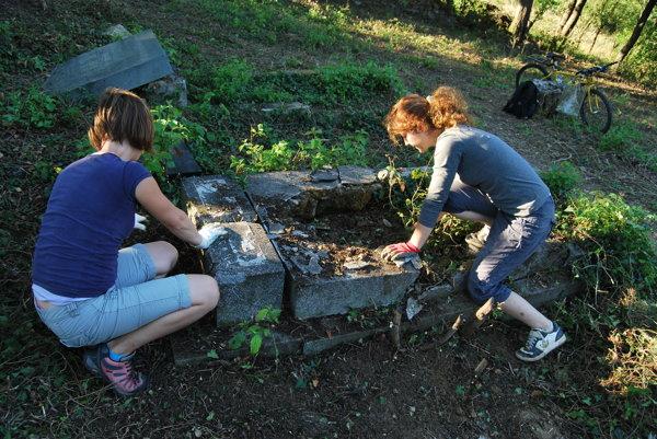 Židovský cintorín na Starej Turej obnovujú desiatky dobrovoľníkov.