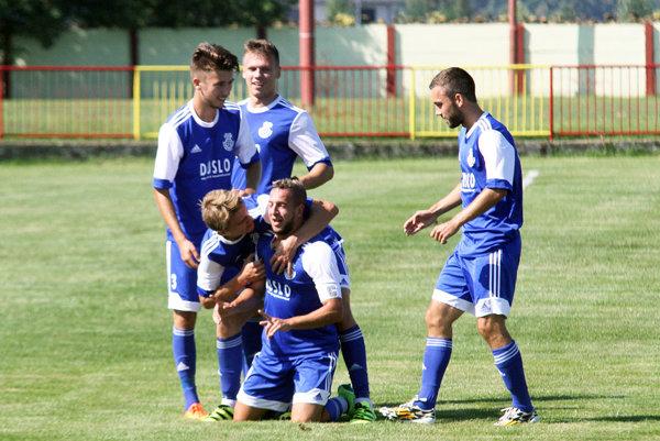 Futbalisti Šale priviezli cenné tri body z Veľkých Úľan, kde hrali prvýkrát svoj domáci zápas FC Horses. Takto sa tešili Šaľania po vedúcom góle kapitána Karima.