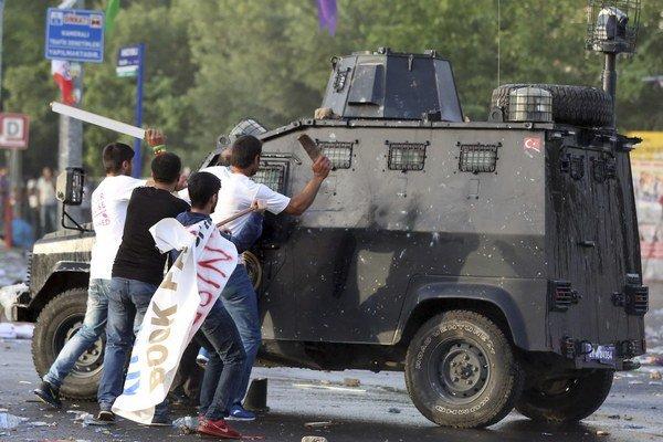 Turecký premiér povedal, že úrady nevedia bezprostredne určiť, či boli výbuchy dôsledkom útoku alebo išlo o nehodu.
