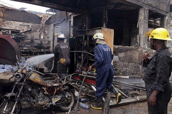 Hasiči bojovali s plameňmi do skorých ranných hodín.