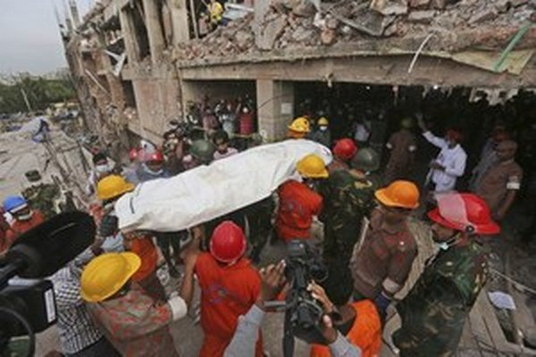 V troskách zrútenej budovy zomrelo viac ako tisíc ľudí.