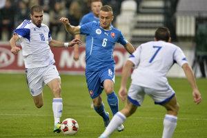 Slovenskí futbalisti (v modrom) doma proti Cypru uspeli. Podobný úspech zopakovali aj na trávniku súpera.