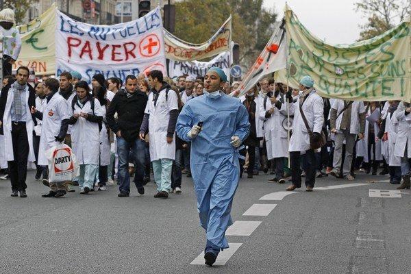 """Demonštranti niesli transparenty s nápismi """"Odobratie práv ešte nikdy nespôsobilo ekonomický rast"""" a podobne."""