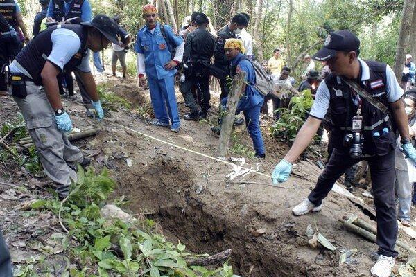Policajti odmeriavajú prázdny hrob.