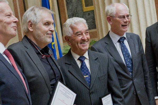 Odovzdávanie Veľkej ceny Leopolda Kunschaka, ktorú dostali bývalý predseda Európskej rady Herman Van Rompuy a slovenský rímskokatolícky kňaz, salezián Anton Srholec.