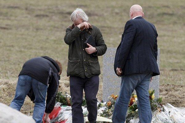 Väčšina pozostalých po 150 obetiach havárie airbusu musí aj dva mesiace po osudnom lete čakať na prevoz telesných pozostatkov zosnulých.