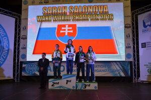 Na najvyššom stupienku. Košičanka Sarah Saloňová, majsterka sveta.