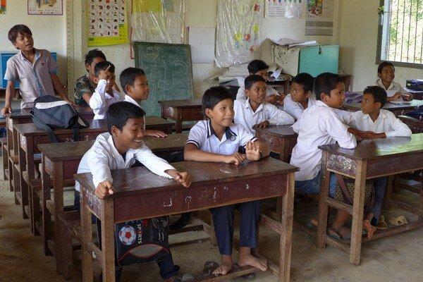 Uniformy a školské pomôcky pre deti Kambodžania platia zo svojho vrecka. Nie všetci si to môžu dovoliť.