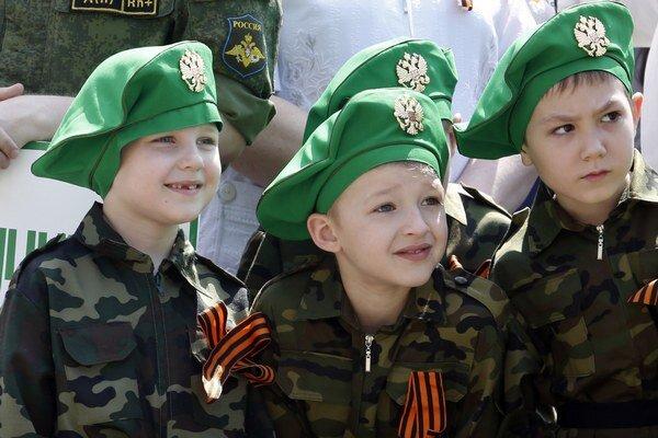 Deti v špeciálnych uniformách na prehliadke.
