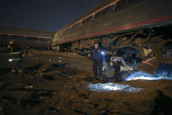 Záchranári na mieste vykoľajenia vlaku.