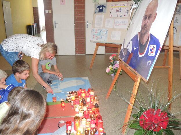 Deti spoločne s učiteľmi zapálili sviečky.