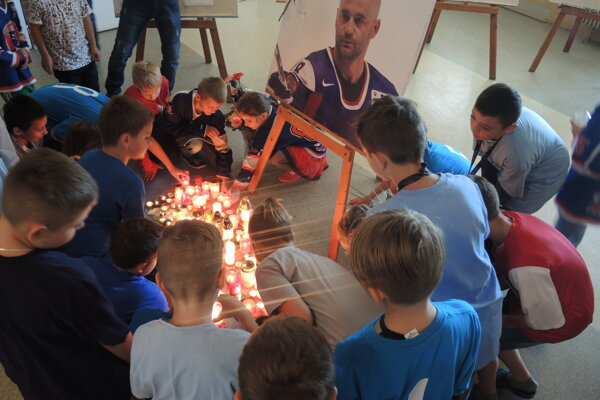 Deti dnes zapálili pod fotografiou Pavla Demitru desiatky sviečok.