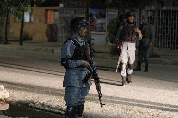 Afganské bezpečnostné sily pri hoteli, kde sa odohral útok.