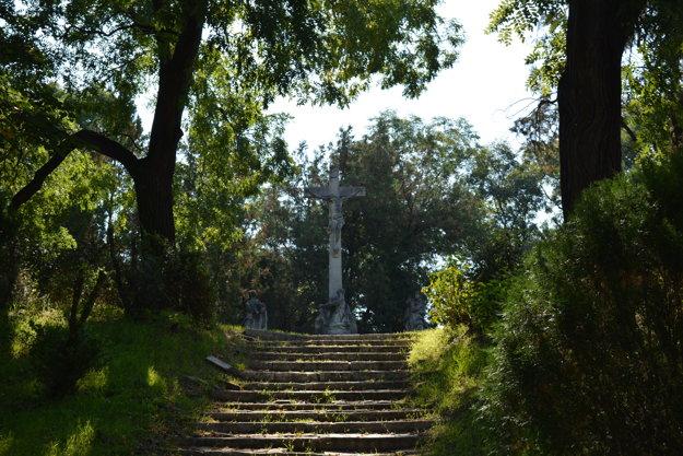 Kamennými schodíkmi sa dostanete až na návršie, kde sa týčia jednotlivé pieskovcové skulptúry.