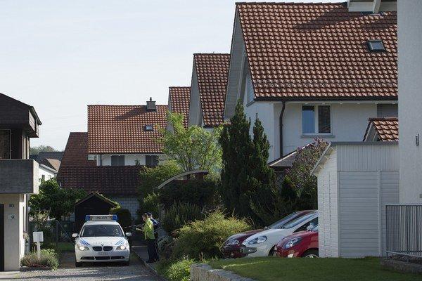 Policajti našli v obytnej budove a jej okolí niekoľko tiel.