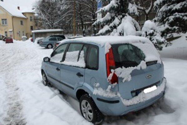 Zaparkované autá zavadzajú technike pri údržbe ciest.
