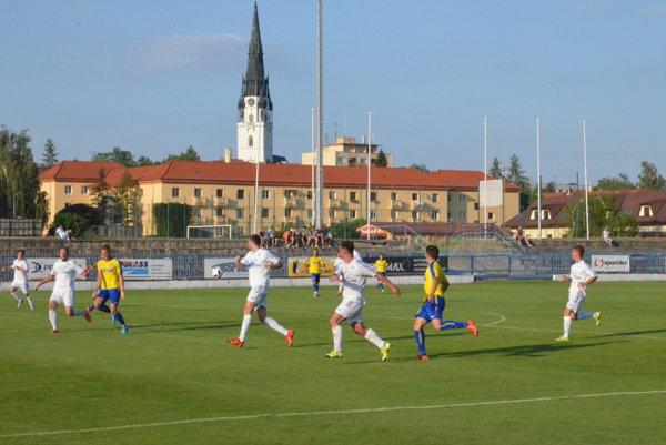 Na programe sú veľké derby. Cez víkend pútajú pozornosť derby zápasy vKrompachoch, Sp. Vlachoch, Kluknave, ale hlavne vHelcmanovciach.