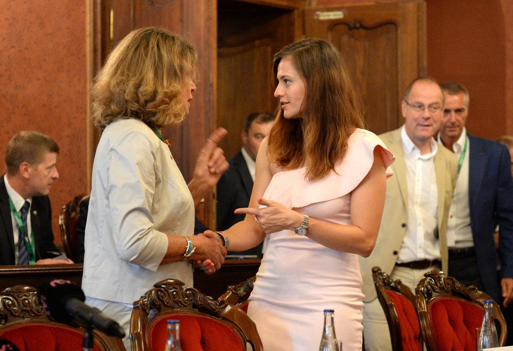 Na snímke zľava predsedníčka Výboru pre kultúru a vzdelávanie v Európskom parlamente Silvia Costa a slovenská olympionička Danka Barteková.