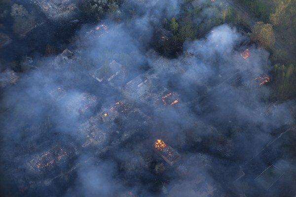 Úroveň radiácie v oblasti, ktorú zachvátili plamene, je v norme, ubezpečil úrad.