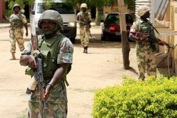 """Nigérijská armáda zatlačila islamskú extrémistickú skupinu """"do kúta"""", avšak v rozhodujúcom údere proti lesným skrýšam militantov jej bránia nášľapné míny."""