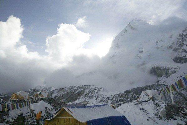 Na najvyššej hore sveta opäť zabíjala lavína.