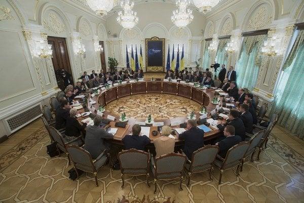 Zástupcovia Európskej únie a Ukrajiny počas summitu EÚ-Ukrajina v Kyjeve 27. apríla 2015.