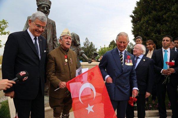 Predstaviteľ tureckej vlády Volkan Bozkir, (vľavo), írsky prezident Michael Higgins (druhý zľava) a Princ Charles (vpravo) počas spomienky v Turecku.