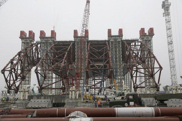 Prvá časť černobyľského ochranného sarkofágu - obrovskej stavby v tvare oblúka (na snímke), ktorá skryje nefunkčnú jadrovú elektráreň v Černobyli.