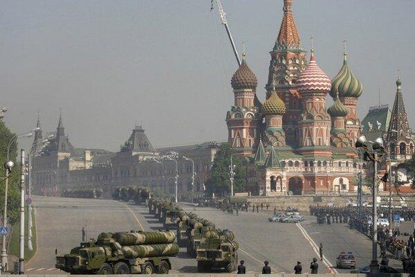 Rusko sa systémom S300 rado chváli aj na vojenských prehliadkach v Moskve.