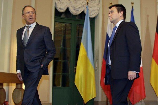 Šéf ruskej diplomacie Sergej Lavrov (vľavo) a ukrajinský minister zahraničných vecí Pavlo Klimkin.