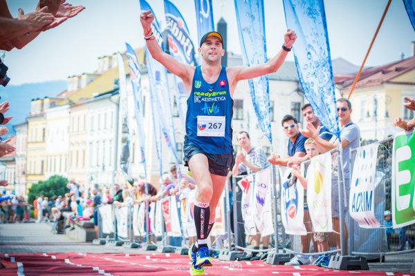 Gabriel Švajda dobieha do cieľa Banskobystrického maratónu