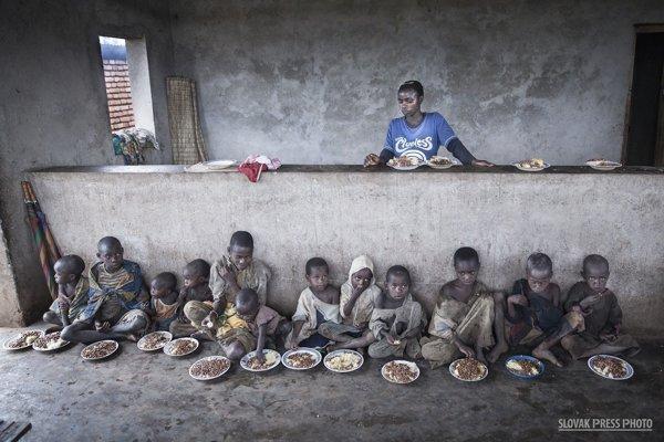 Víťazná fotografia súťaže Slovak Press Photo zachytáva pygmejské deti v južnom Burundi.