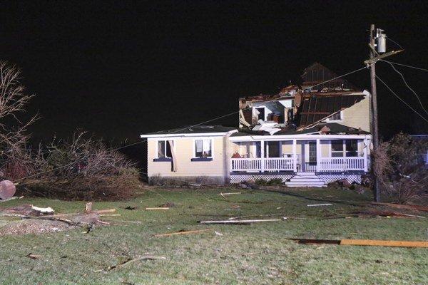Najmenej jednu obeť si vyžiadala silná búrka v severnej časti amerického štátu Illinois, z ktorej sa vyvinulo tornádo.