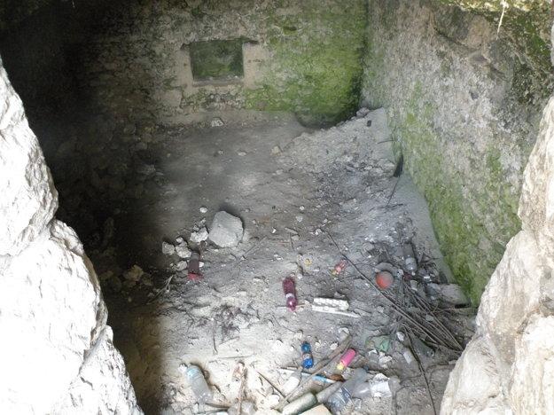 Vo vnútri niekdajšej pivnice je už len odpad.