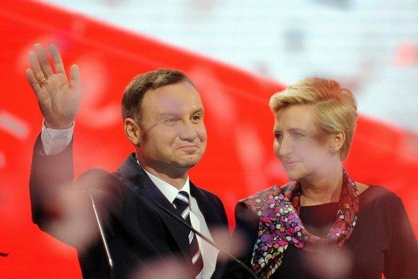 Andrzej Duda s manželkou Agatou počas osláv svojej nominácie.