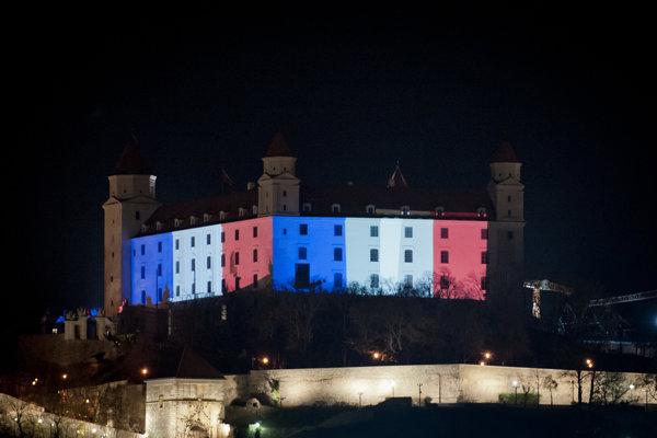 Bratislavský hrad nasvietený vo farbách francúzskej vlajky na znak solidarity s francúzskym ľudom po útokoch z novembra 2015.