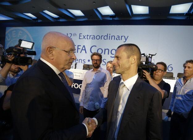 Zdolaný van Praag (vľavo) blahoželá novému prezidentovi UEFA k jeho zvoleniu.