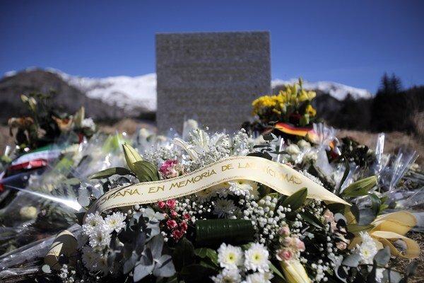 Kvety a vence ležia pri provizórnom pomníku na pamiatku obetí utorkovej havárie dopravného lietadla A320 spoločnosti Germanwings.