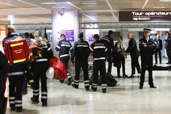 Príslušníci bezpečnostných síl a záchranári strážia zónu na letisku v Marseille pred príchodom príbuzných obetí havarovaného lietadla nemeckej nízkonákladovej leteckej spoločnosti Germanwings.