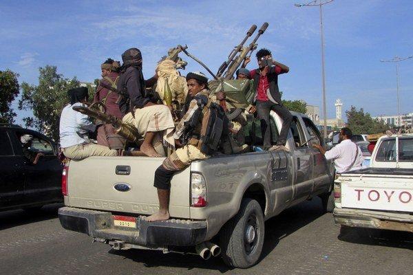 Vojaci lojálni prezidentovi hliadkujú v meste Aden.