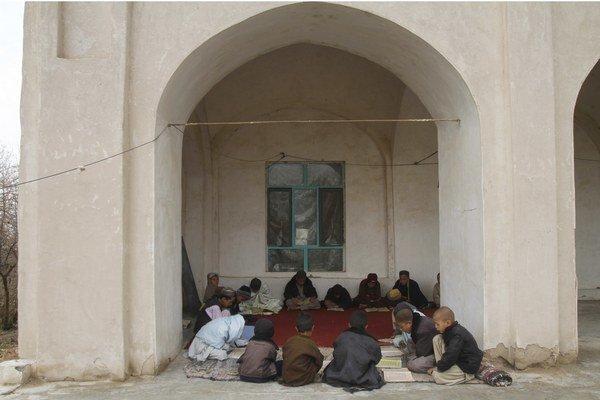 Čítanie koránu pred mešitou.