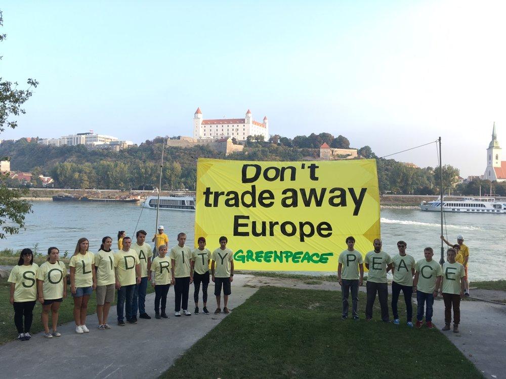 Protest Greenpeace v Petržalke.