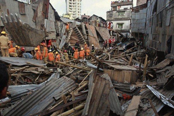 Záchranári pri zrútenej budove v Dháke 2. júna 2010. Bangladéš zažíva podobné nešťastia často.