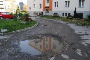 Zlý stav. Rozbitá cesta je samá jama.