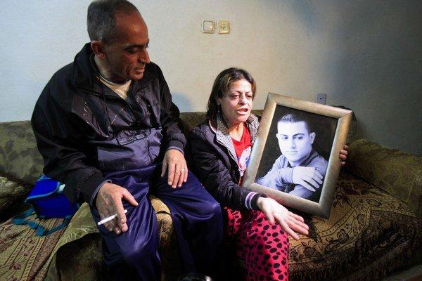 Smutní rodičia s fotkou zavraždeného syna.