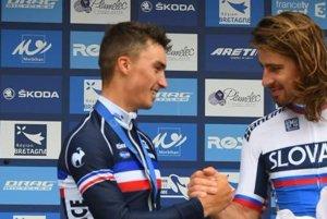 Alaphilippe gratuluje Saganovi k triumfu.