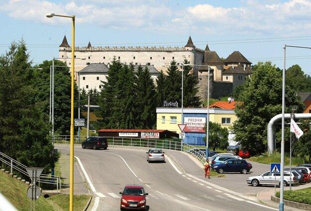 Križovatky v blízkosti zámku môžu potlačiť jeho dominantnú polohu.