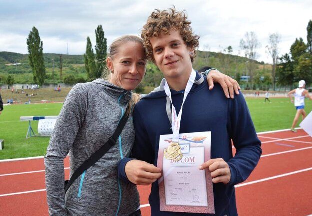 Zlatý žŕdkár Maroš Ralík s trénerkou Zuzanou Sekovou.