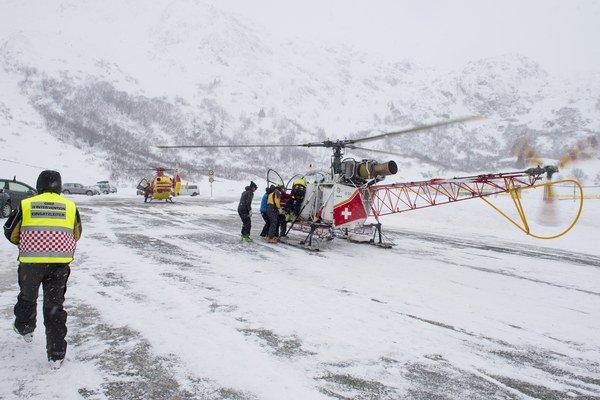 Záchranárom sa podarilo jedného z lyžiarov oživiť.