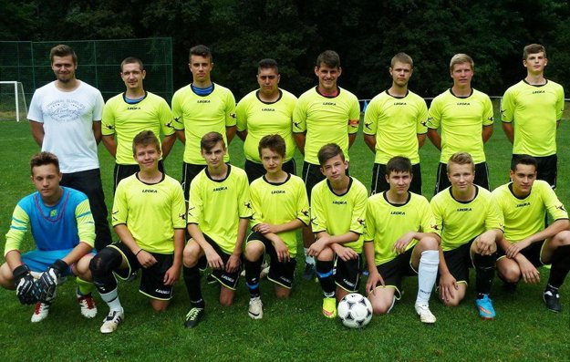 Futbaloví dorastenci Jelenca. Adrián Kukučka stojí v hornom rade tretí zľava (druhý hráč zľava).